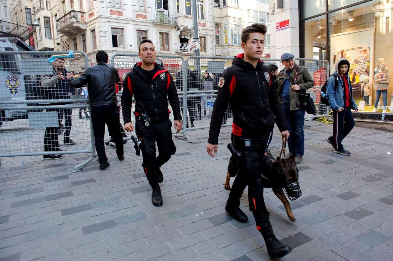 Αστυνομικοί στην Κωνσταντινούπολη περιπολούν πριν τη διαδήλωση των γυναικών