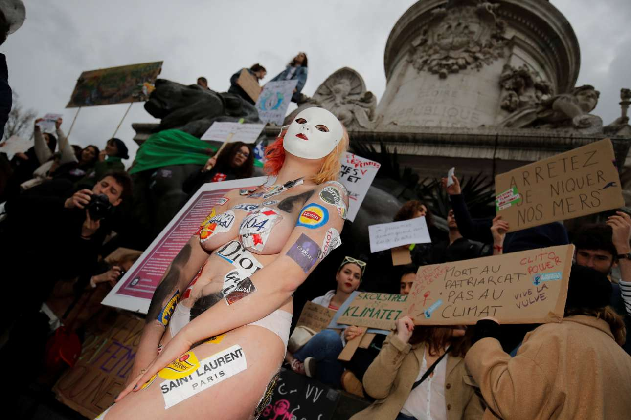 Μία ημίγυμνη διαδηλώτρια στην πλατεία της Δημοκρατίας, στο Παρίσι