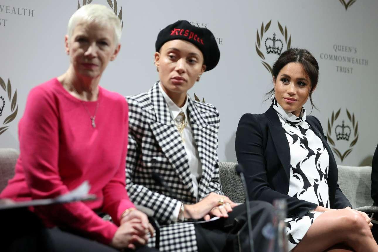 Η καλλιτέχνης Ανι Λένοξ (πρώτη από αριστερά), το μοντέλο Αντουά Αμποά και η δούκισσα του Σάσεξ, Μέγκαν Μαρκλ, σε συζήτηση για την Ημέρα της Γυναίκας, στο Λονδίνο