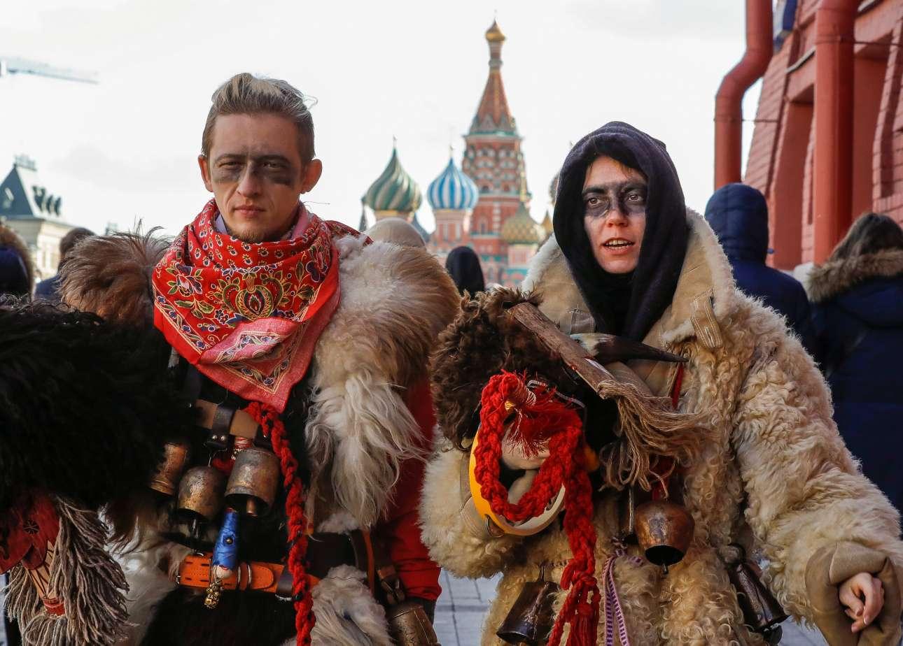 Σάββατο, 9 Μαρτίου, Ρωσία. Ανδρες και γυναίκες γιορτάζουν τη Μασλένιτσα, την αρχαία σλαβική παγανιστική γιορτή του ξεπροβοδίσματος του χειμώνα, στην Κόκκινη Πλατεία της Μόσχας
