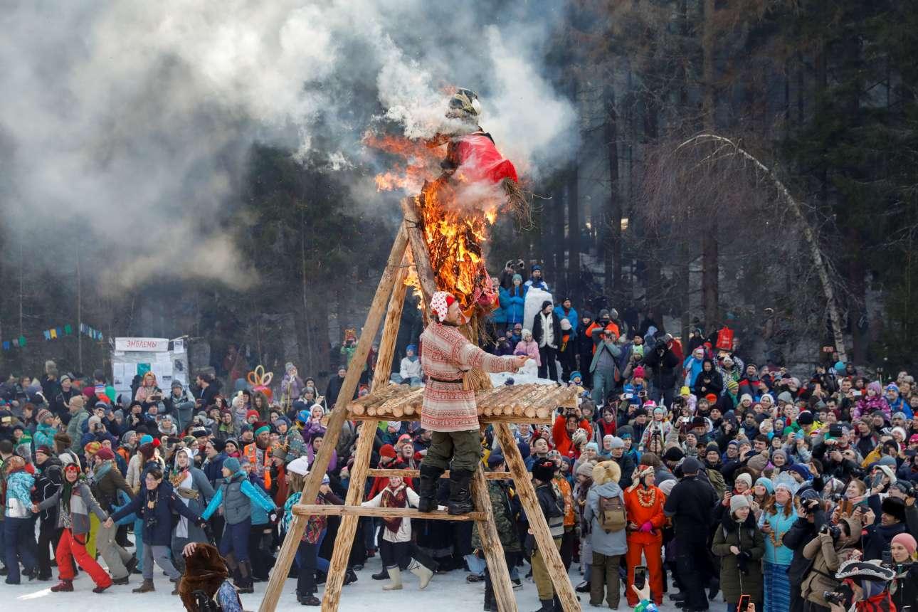 Ανθρωποι συγκεντρώνονται έξω από τη Μόσχα για να παρακολουθήσουν το κάψιμο του σκιάχτρου της «Λαίδης Μασλένιτσα»