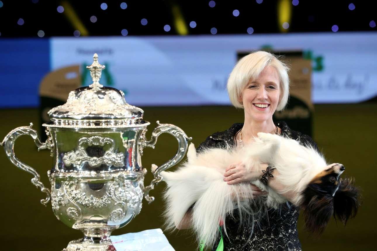 Η Κάθλιν Ρούσενς ποζάρει περιχαρής με τον Ντίλαν στην αγκαλιά της. Ο σκύλος ράτσας Παπιγιόν κατέκτησε τον πολυπόθητο τίτλο «Καλύτερος του σόου» (Best in Show) του διαγωνισμού