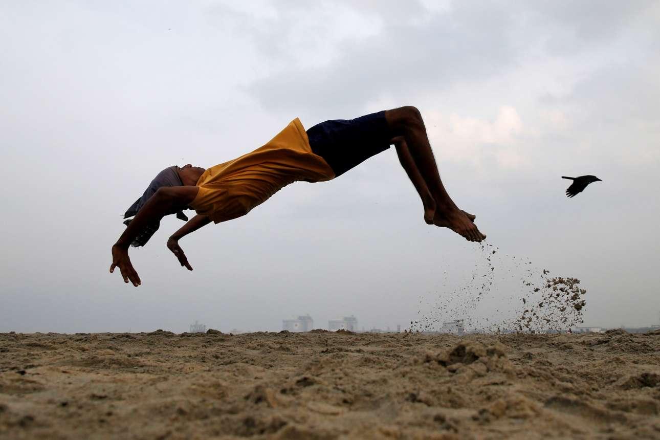 Δεύτερα, 11 Μαρτίου, Ινδία. Νεαρός άνδρας εξασκείται στις τούμπες σε παραλία στο Κοτσί