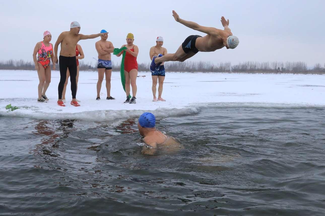 Τετάρτη, 13 Μαρτίου, Κίνα.  Χειμερινοί κολυμβητές βουτούν στα παγωμένα νερά του ποταμού Songhua στην πόλη Χαρμπίν