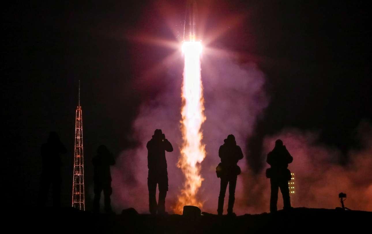 Παρασκευή, 15 Μαρτίου, Καζακστάν. Φωτογράφοι απαθανατίζουν την εκτόξευση του Σογιούζ MS-12 από το Κοσμοδρόμιο του Μπαϊκονούρ με κατεύθυνση τον Διεθνή Διαστημικό Σταθμό
