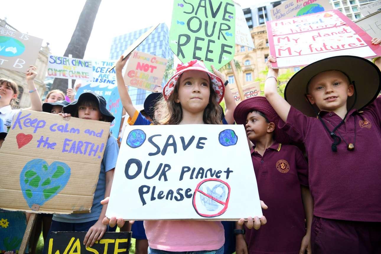 Λιλιπούτειοι ακτιβιστές μας παρακαλούν να σώσουμε τον πλανήτης μας, στο Μπρίσμπεϊν της Αυστραλίας