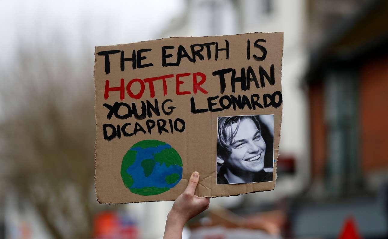 Τα νιάτα και ο πλανήτης... Μικρός διαδηλωτής κρατάει πλακάτ που γράφει «η Γη είναι πιο καυτή από τον Λεονάρντο ντι Κάπριο όταν ήταν νέος», στο Μπράιτον της Βρετανίας