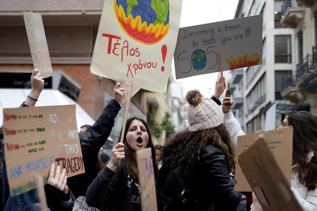 Μαθήτριες εκπέμπουν SOS στο κέντρο της Αθήνας με πλακάτ γεμάτα συνθήματα στα Ελληνικά και στα Αγγλικά