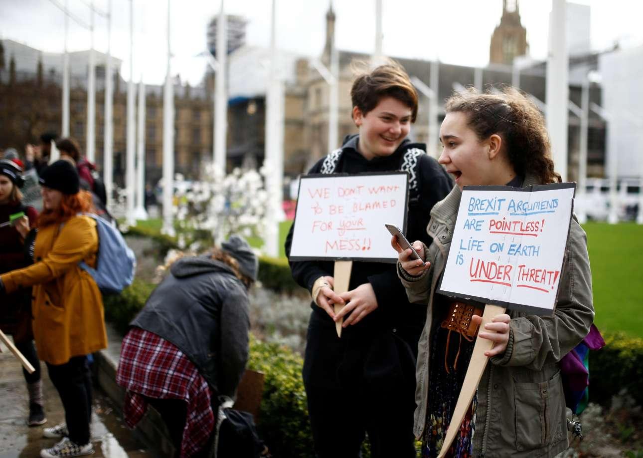 Σύμφωνα με τη λονδρέζα μαθήτρια, «οι διαφωνίες για το Brexit δεν έχουν νοήμα όταν η ζωή στη Γη απειλείται!»