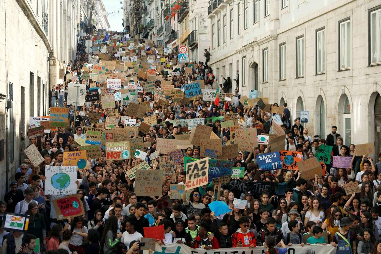 Μαθητές πλημμυρίζουν τους δρόμους της Λισαβόνας ζητώντας να ακουστούν