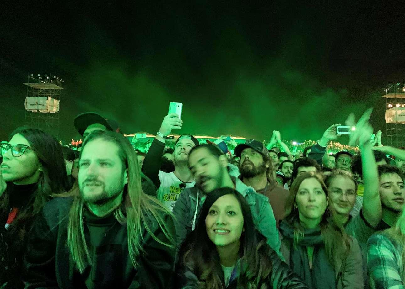 Σάββατο, 16 Μαρτίου, Αίγυπτος. Μουσικόφιλοι παρακολουθούν τη συναυλία των Red Hot Chlili Peppers στις Πυραμίδες της Γκίζας, στα περίχωρα του Καΐρου