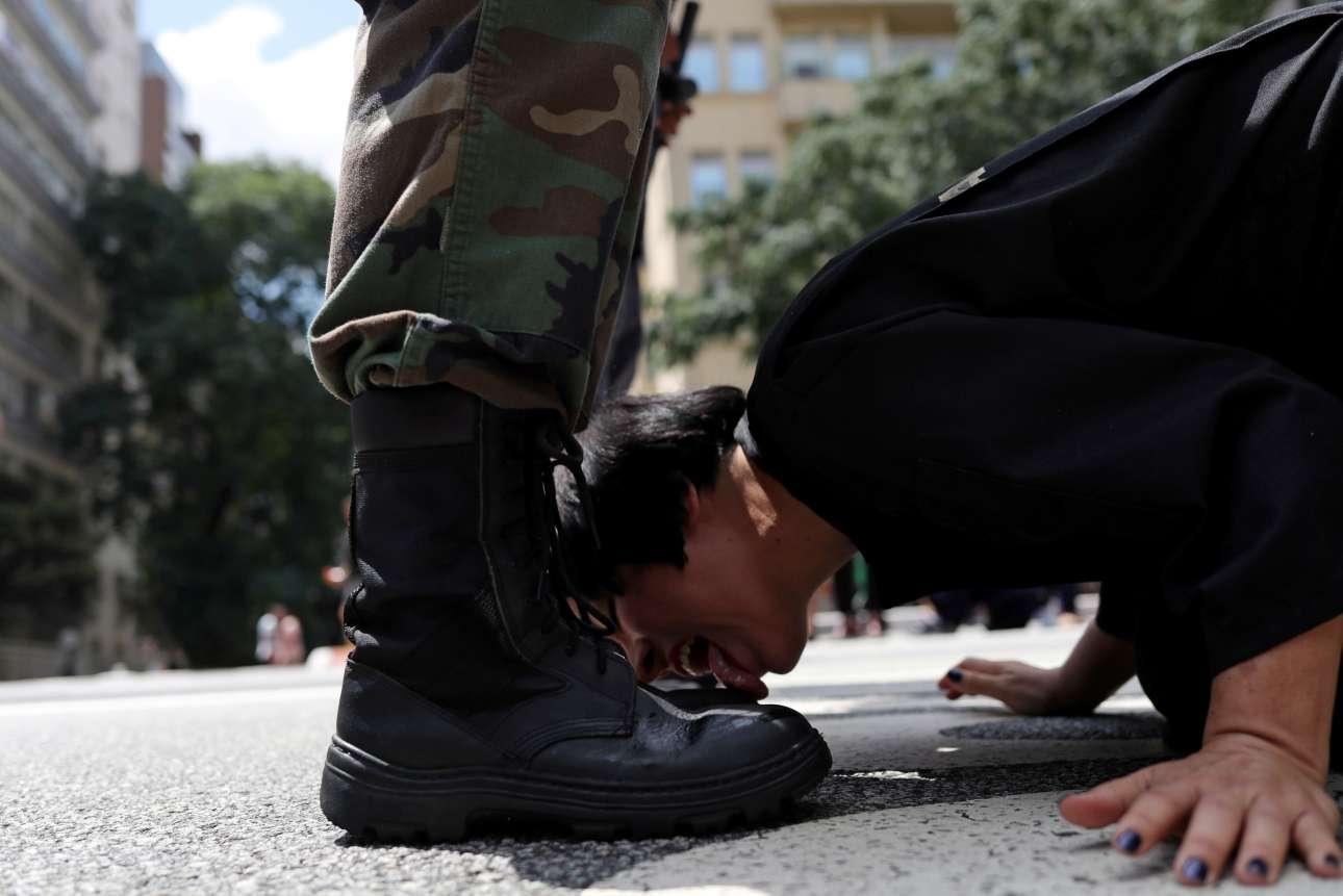 Δευτέρα, 25 Μαρτίου, Βραζιλία. Η καλλιτέχνιδα Ντεμπόρα Καστίγιο γλείφει τις μπότες ενός άνδρα ντυμένου με στρατιωτική στολή κατά τη διάρκεια της περφόμανς «