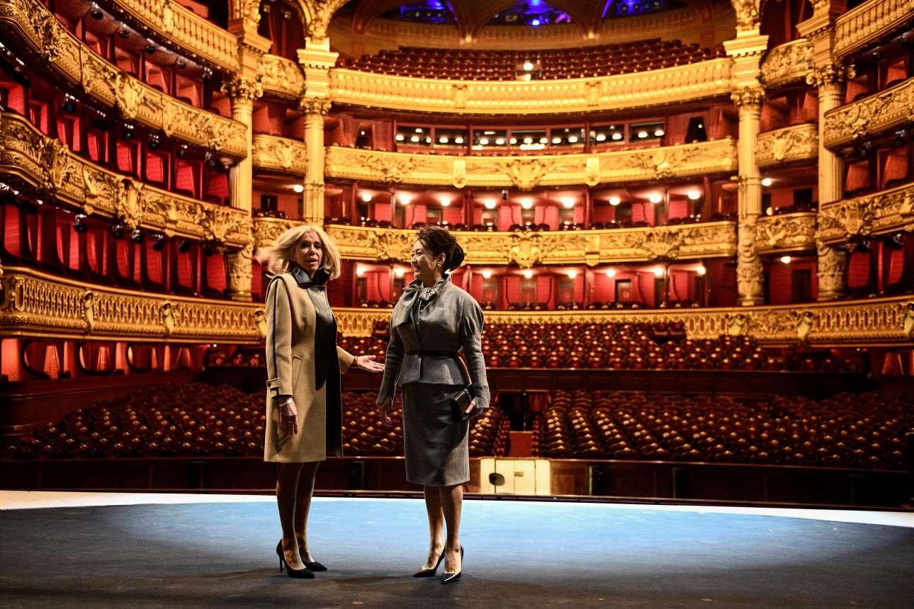 Δευτέρα, 25 Μαρτίου, Γαλλία. Η Πρώτη Κυρία της Γαλλίας, Μπριζίτ Μακρόν, με την σύζυγο του κινέζου προέδρου Σι Τζινπίνγκ, Πενγκ Λιγουάν, στην Οπερά Γκαρνιέ, στο Παρίσι. Ο κινέζος πρόεδρος επισκεπτόταν επισήμως τη Γαλλία
