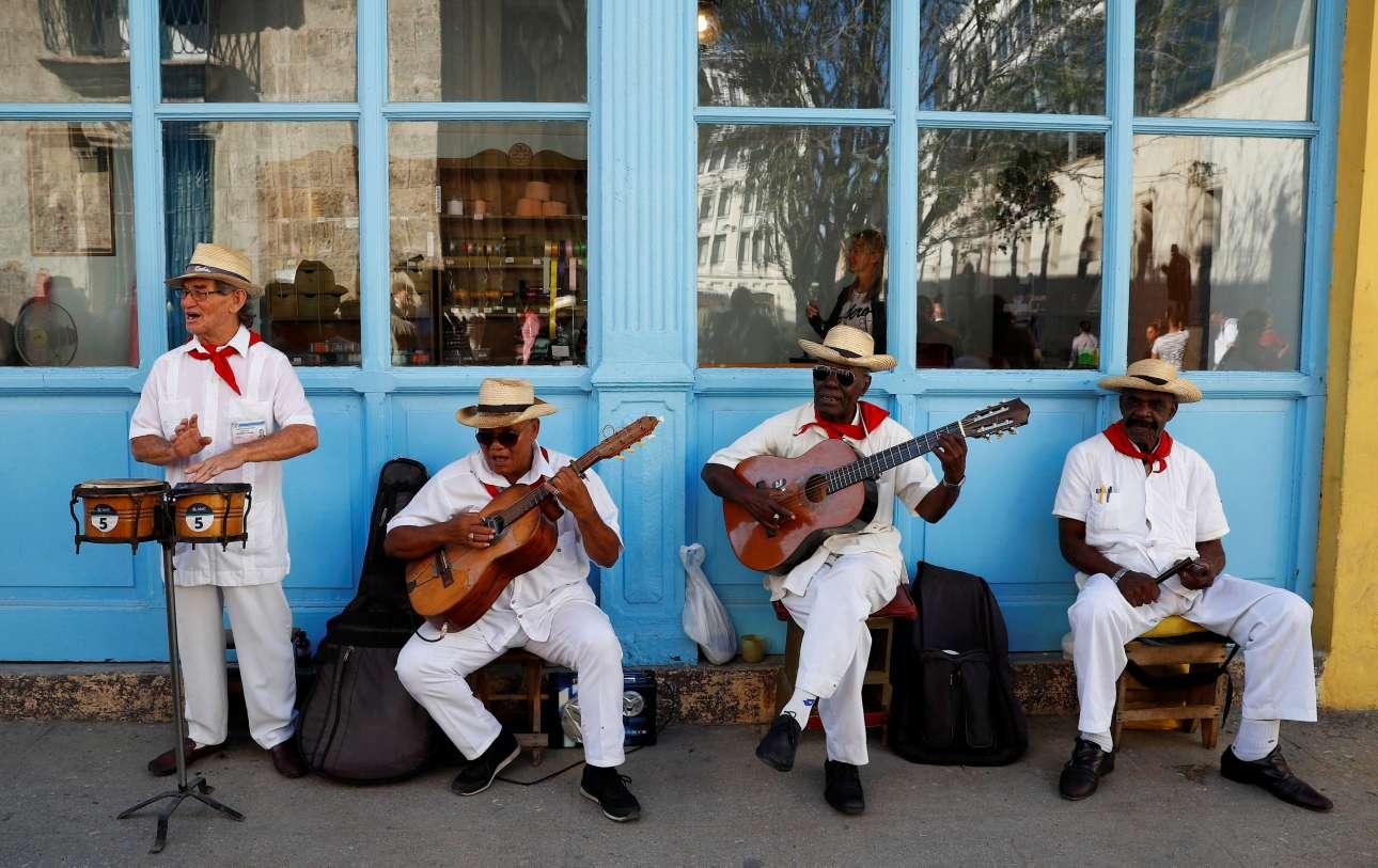 Περιδιαβαίνοντας στην παλιά πόλη της Αβάνας ο πρίγκιπας και η δούκισσα είχαν την ευκαιρία να ακούσουν και τοπικούς λαϊκούς μουσικούς