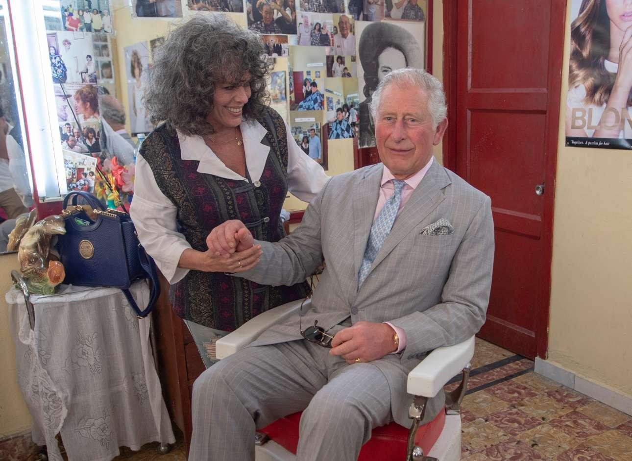 Στο μπαρμπέρικο ο Κάρολος δεν ζήτησε και πολλά πράγματα από την κομμώτρια - εκείνη όμως του ζήτησε μια πόζα