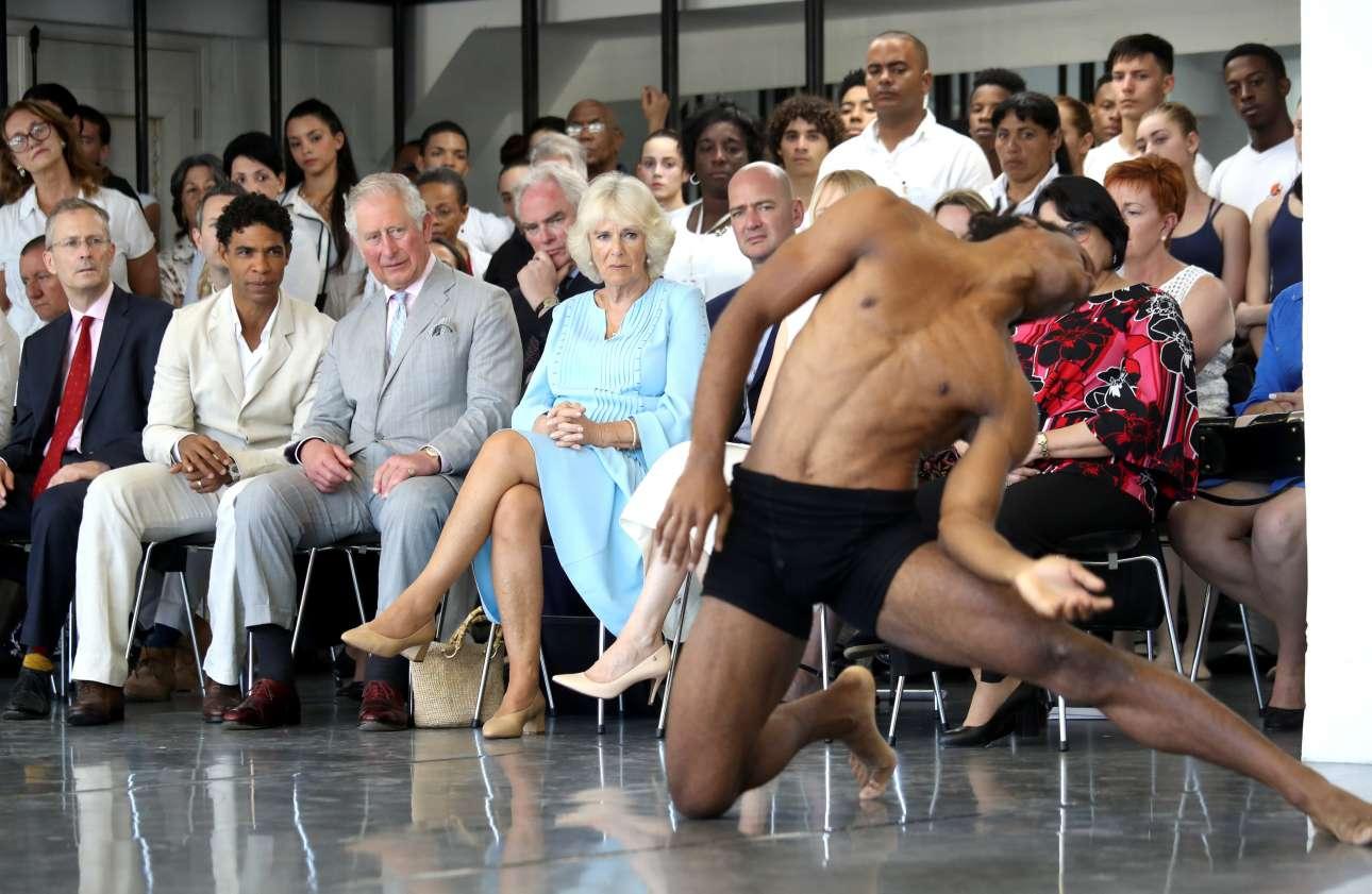 25 Μαρτίου: ο Κάρολος και η Καμίλα παρακολουθούν με προσοχή τις χορευτικές επιδείξεις στη σχολή χορού Ακόστα