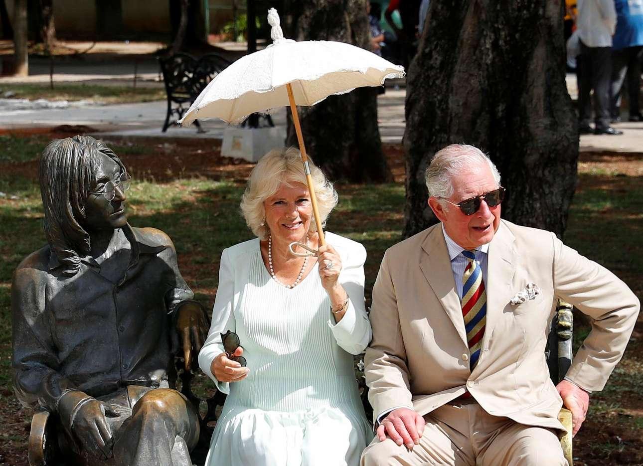 Η Αβάνα διαθέτει πάρκο ονόματι Τζον Λένον όπου και το μπρούντζινο άγαλμα του μακαρίτη μουσικού σε ένα παγκάκι που αποτελεί μέρος της γλυπτικής σύνθεσης - ε, εκεί κάθισαν για λίγο η Καμίλα και ο Κάρολος