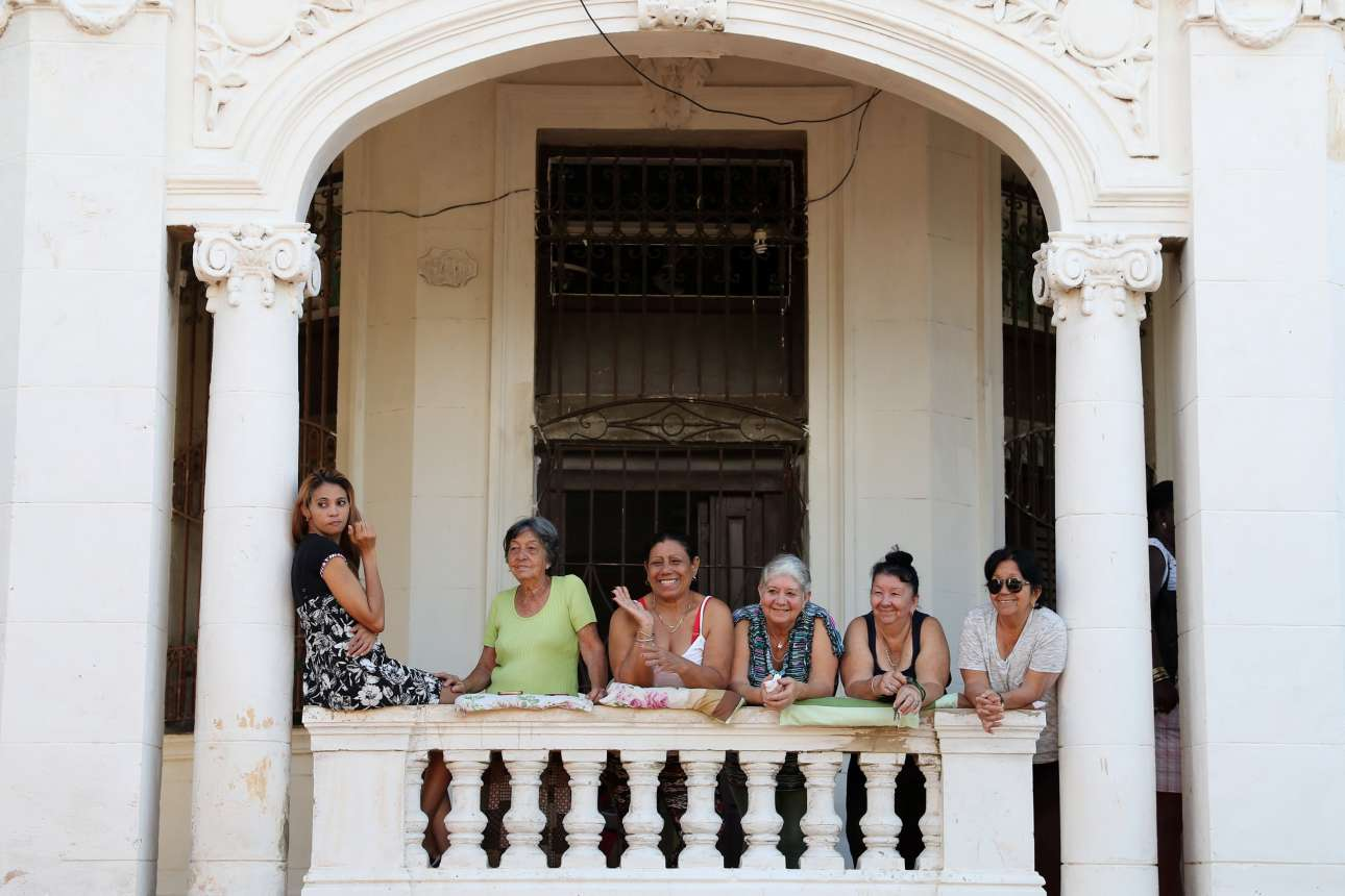 26 Μαρτίου: ο λαϊκός παράγων πάντα παρατηρεί και ας μην εκφράζεται - εδώ, και με έκδηλο ενδιαφέρον, κοιτάζει τα μέλη της βασιλικής οικογένειας της Βρετανίας που επισκέφθηκαν την Κούβα