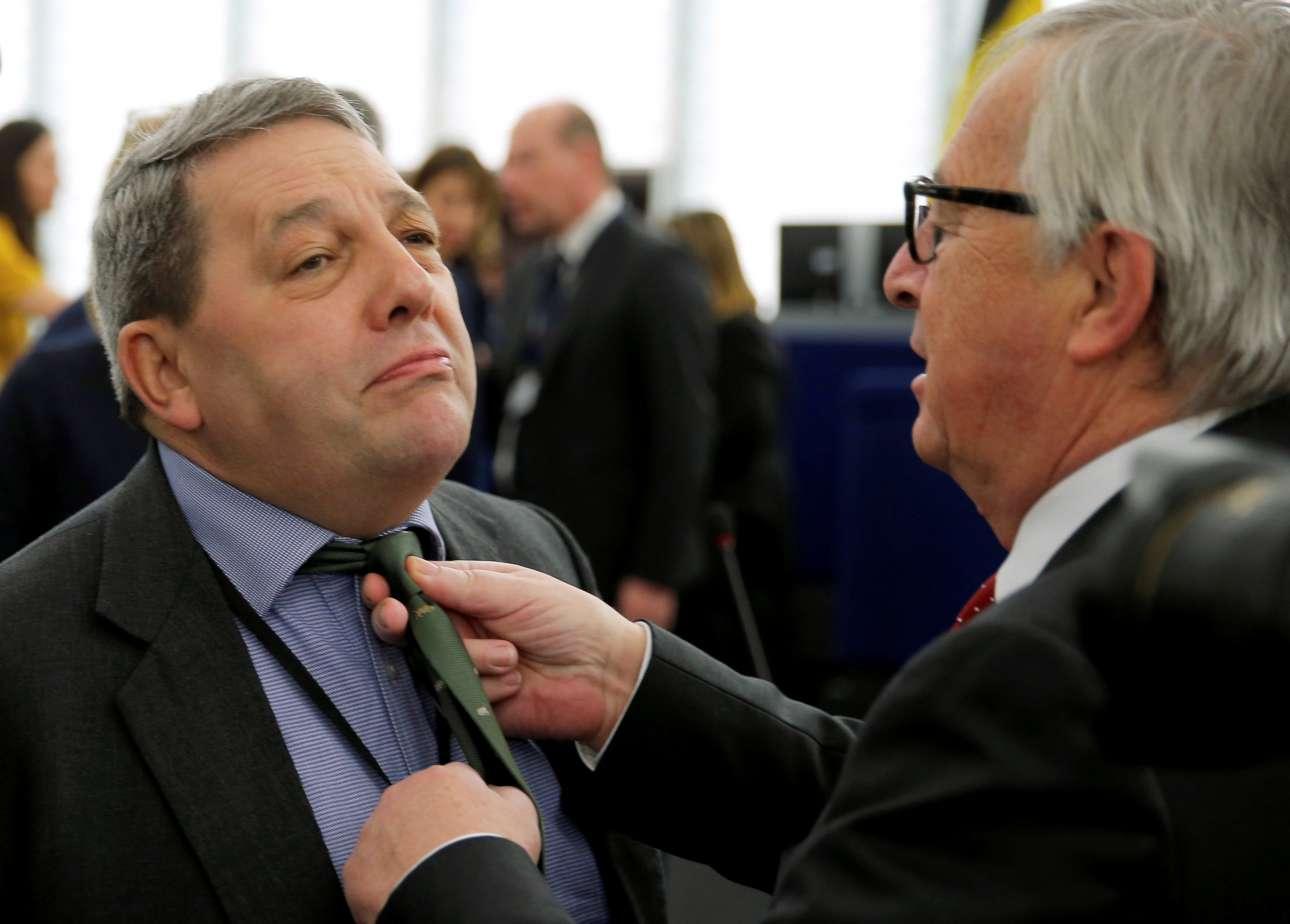 Τετάρτη, 27 Μαρτίου, Γαλλία. Ο πρόεδρος της Ευρωπαϊκής Επιτροπής Ζαν-Κλοντ Γιούνκερ διορθώνει τη γραβάτα του ευρωβουλευτή Ντέιβιντ Κόμπερν λίγο πριν από την έναρξη της Ευρωπαϊκής Συνόδου για το Brexit στο Ευρωπαϊκό Κοινοβούλιο, στο Στρασβούργο