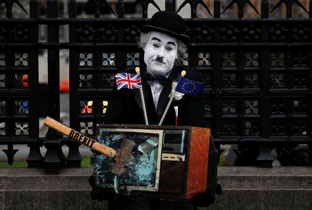 Τετάρτη, 27 Μαρτίου, Μεγάλη Βρετανία. Περφόρμερ έχει στηθεί έξω από το Βρετανικό Κοινοβούλιο στο Λονδίνο τη στιγμή που κορυφώνονται οι ψηφοφορίες σχετικά με το Brexit στη Βουλή των Κοινοτήτων
