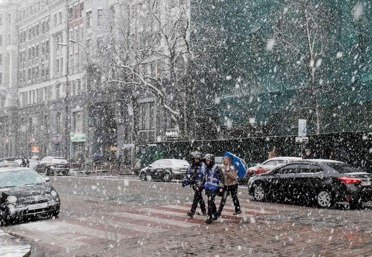Τετάρτη, 27 Μαρτίου, Ουκρανία. Κόσμος περπατάει στο κέντρο του Κιέβου εν μέσω σφοδρής χιονόπτωσης