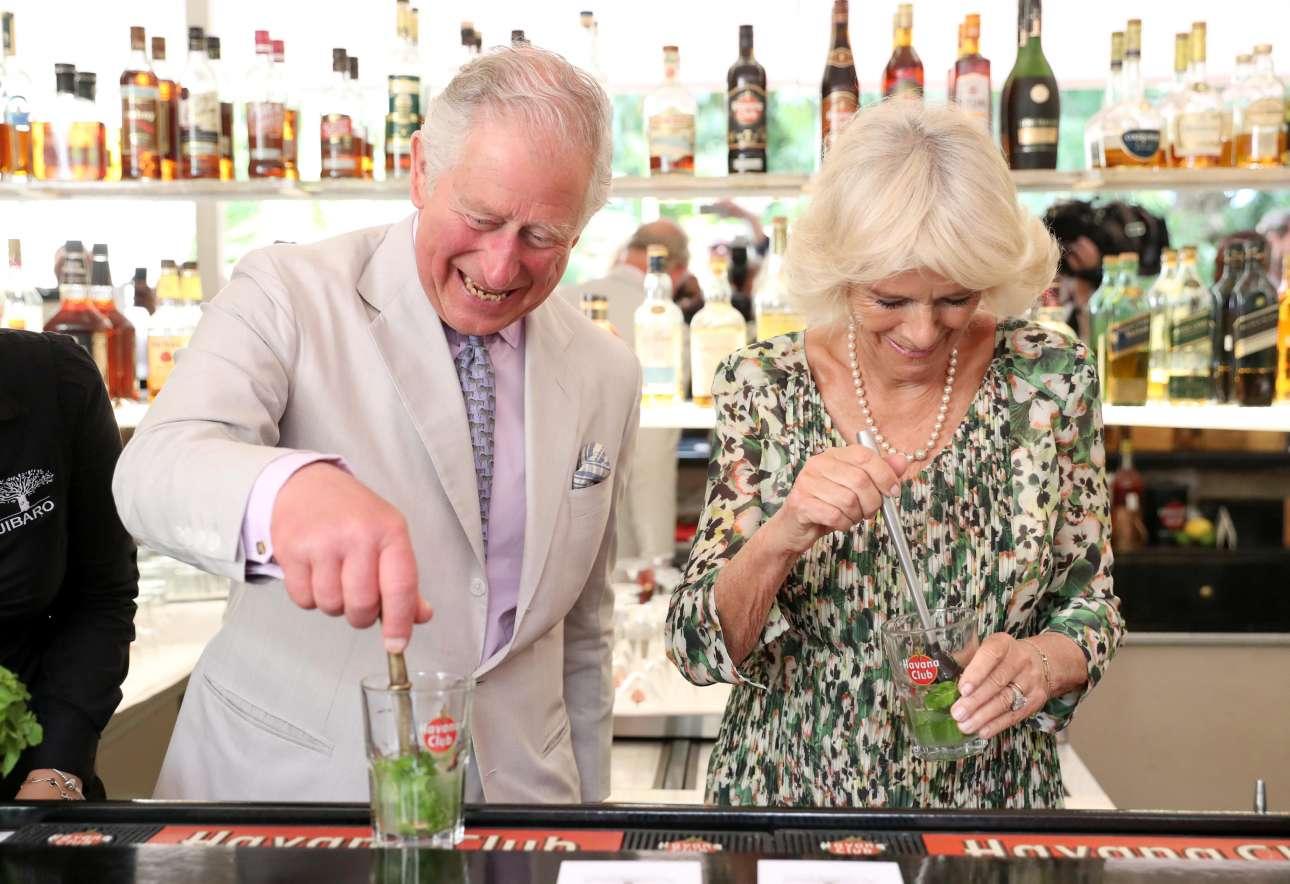 27 Μαρτίου: ο Κάρολος και η Καμίλα παρασκευάζουν κοκτέιλ μοχίτο με ρούμι Havana Club - («Δυόσμος είναι το χορτάρι;»)