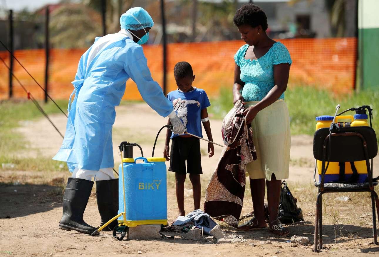 Παρασκευή, 29 Μαρτίου, Μοζαμβίκη. Γιατροί ψεκάζουν με ειδικό σπρέι τους πολίτες, για να αντιμετωπιστούν τα κρούσματα χολέρας που προέκυψαν στην αφρικανική χώρα ύστερα από το σαρωτικό πέρασμα του κυκλώνα Ιντάι