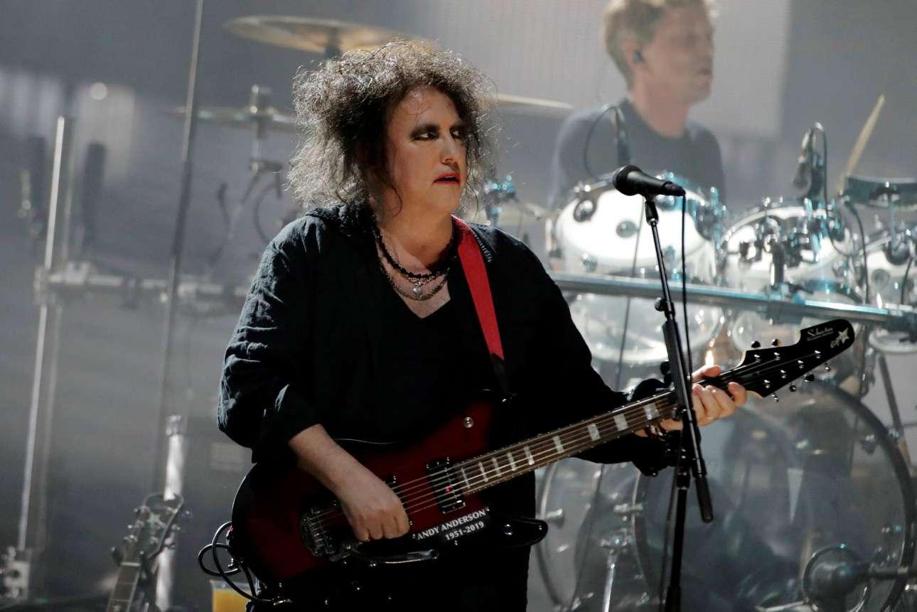 Παρασκευή, 29 Μαρτίου, ΗΠΑ. Ο Ρόμπερτ Σμιθ της θρυλικής μπάντας The Cure τραγουδά κατά την τελετή υποδοχής του στο Rock and Roll Hall of Fame στο Μπρούκλιν της Νέας Υόρκης