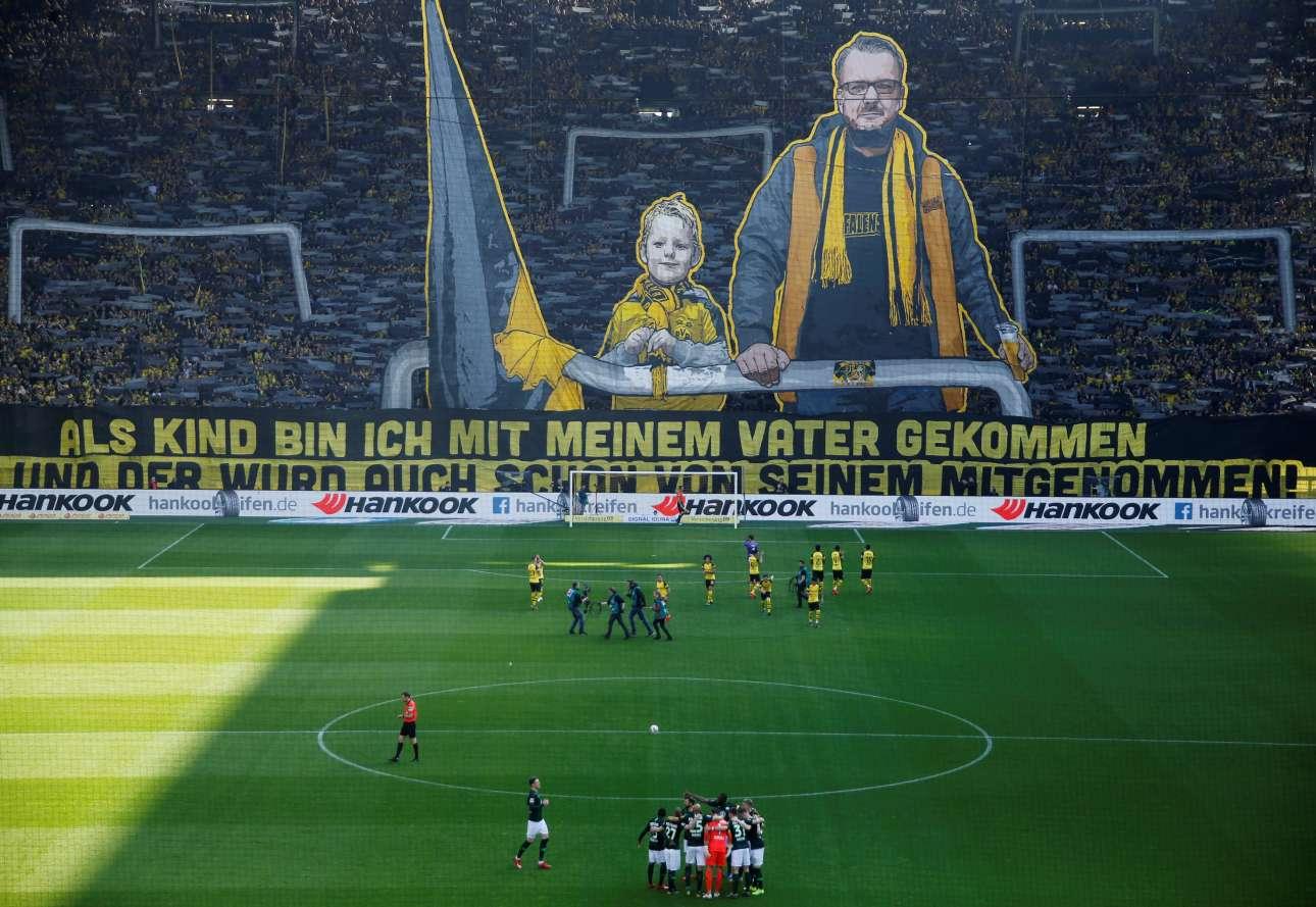 Σάββατο, 30 Μαρτίου, Γερμανία. Ποδοσφαιρικός πολιτισμός μέσα από ένα πανό στον αγώνα της Ντόρτμουντ με τη Βόλφσμπουργκ. «Σαν παιδί ερχόμουν στο γήπεδο με τον πατέρα μου και αυτός επίσης μικρός ερχόταν εδώ με τον δικό του». Κάντε τις συγκρίσεις με τα πανό που υψώνουν οι δικοί μας...