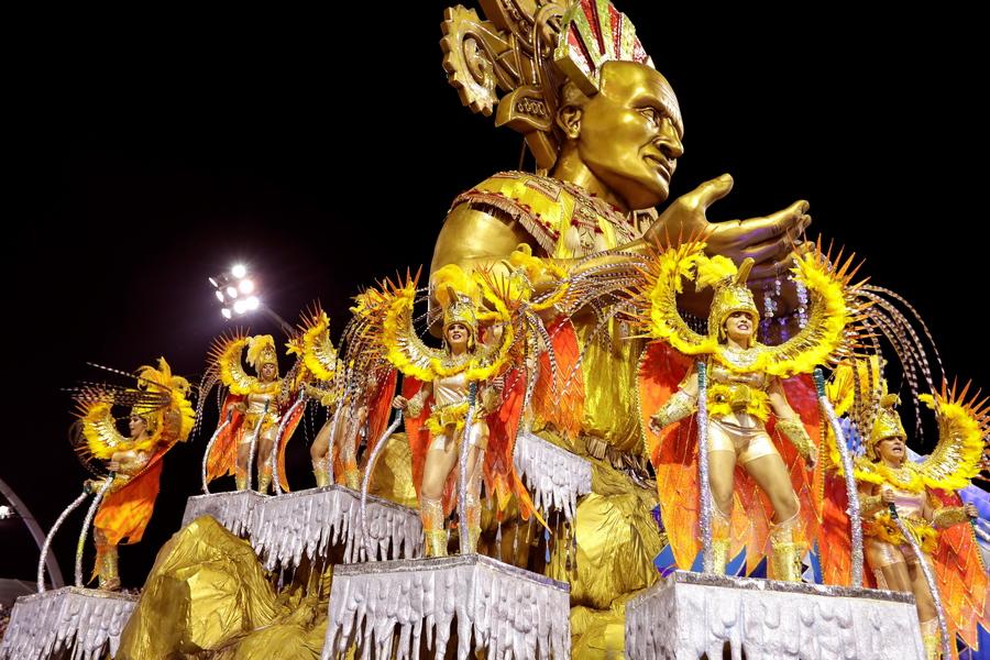 Εντυπωσιακά άρματα και φαντασμαγορικά κοστούμια κατακλύζουν τη Μέκκα του Καρναβαλιού