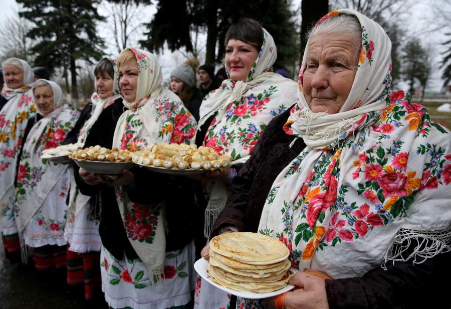 Λίγο έξω από τη πρωτεύουσα της Λευκορωσίας, στο χωριό Ρέτσεν, γυναίκες με σπιτικές τηγανίτες στα χεριά υποδέχονται την άνοιξη