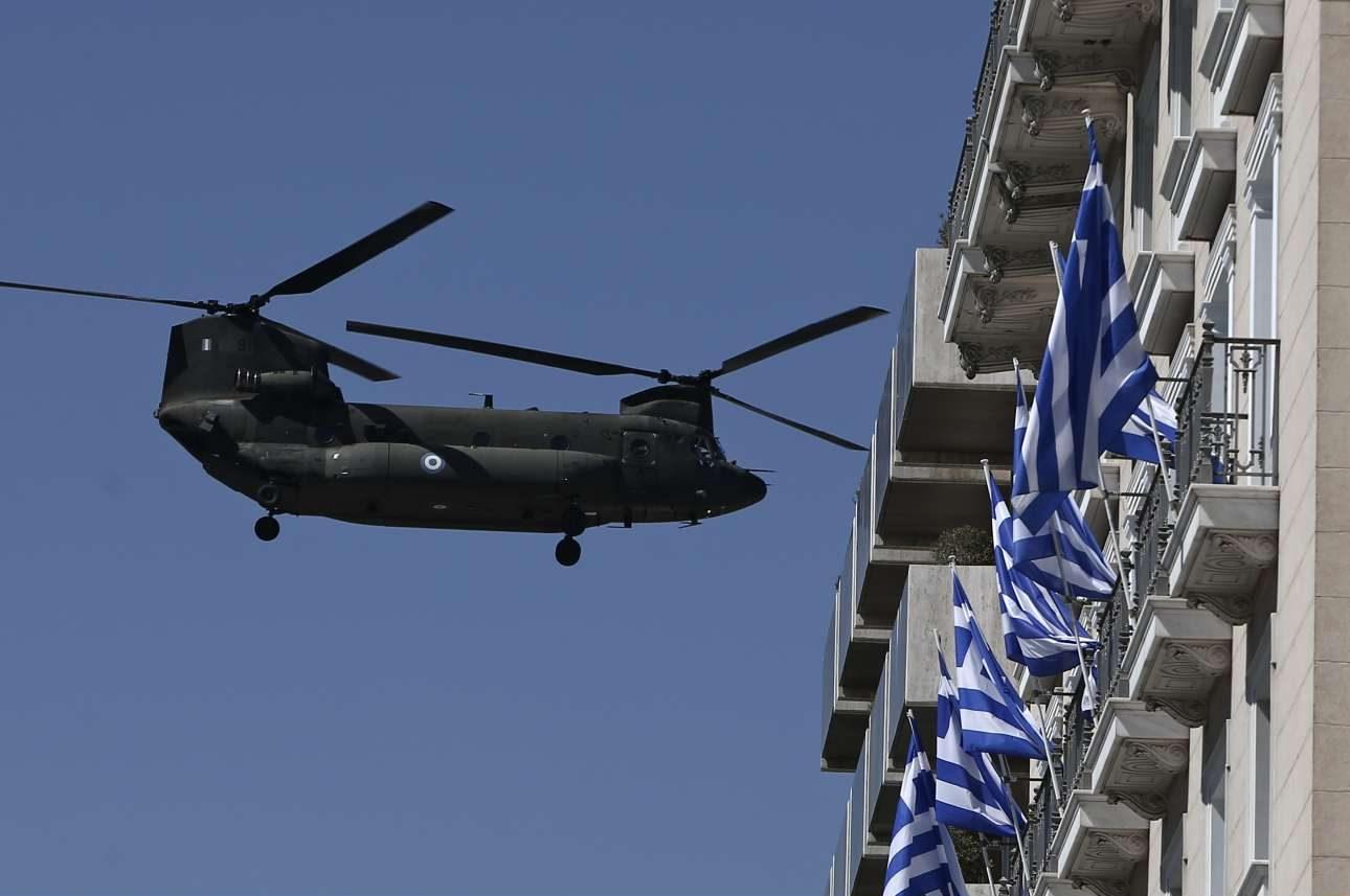 Ενα ελικόπτερο Chinook πετά σε χαμηλό ύψος πάνω από την πλατεία Συντάγματος