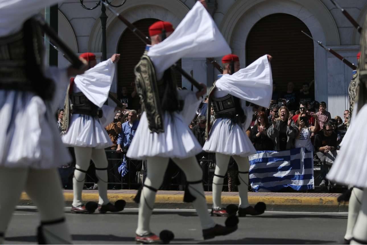 Οι Εύζωνοι απέσπασαν, όπως πάντα, το χειροκρότημα στην Αθήνα