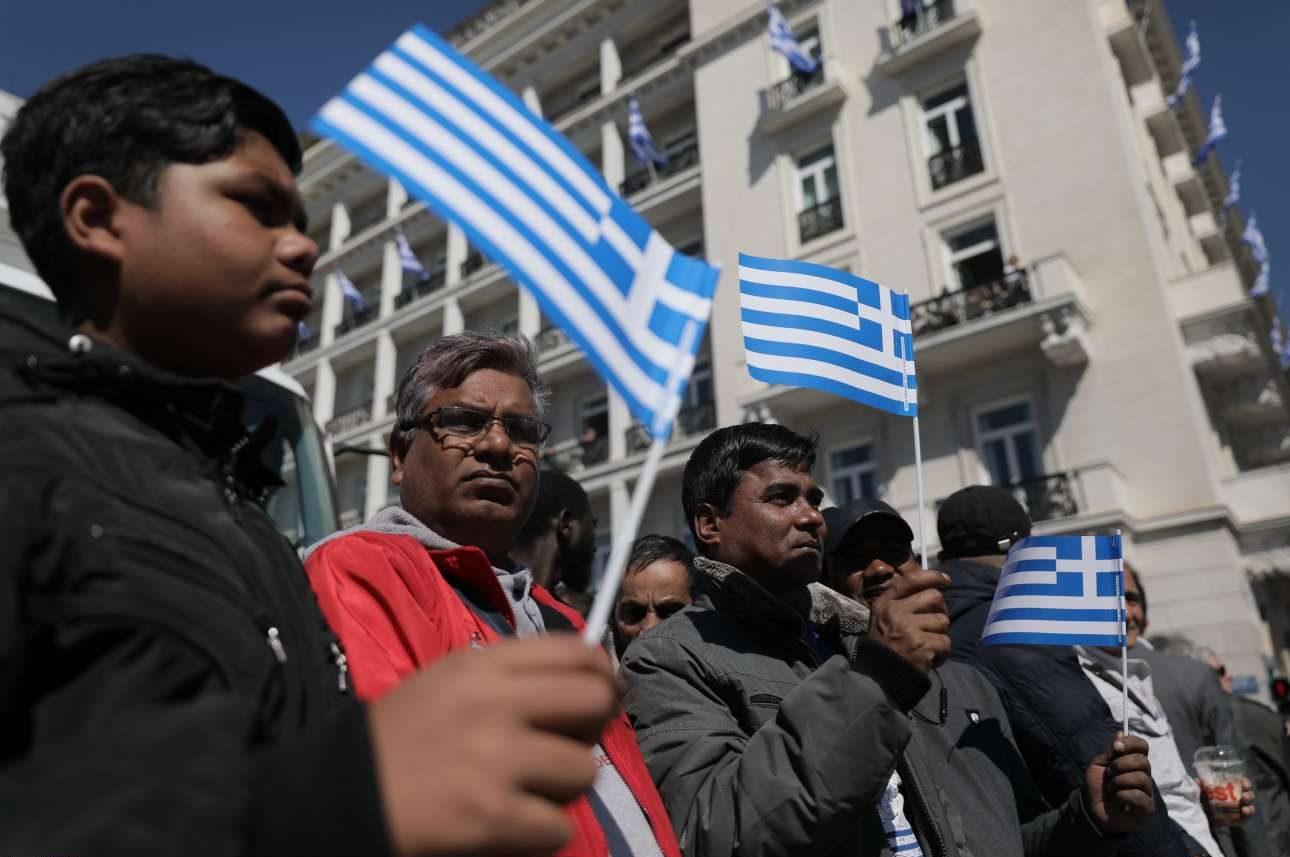 Η καλή ημέρα κατέβασε πολλούς -και όχι μόνο Ελληνες- στην πλατεία Συντάγματος