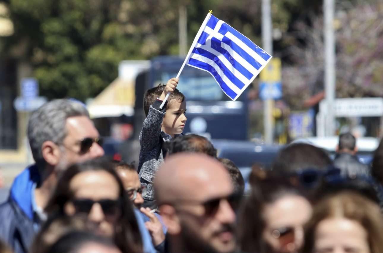 Ο μικρός με τη σημαία στα χέρια στο Ηράκλειο θέλει βοήθεια για να δει την παρέλαση