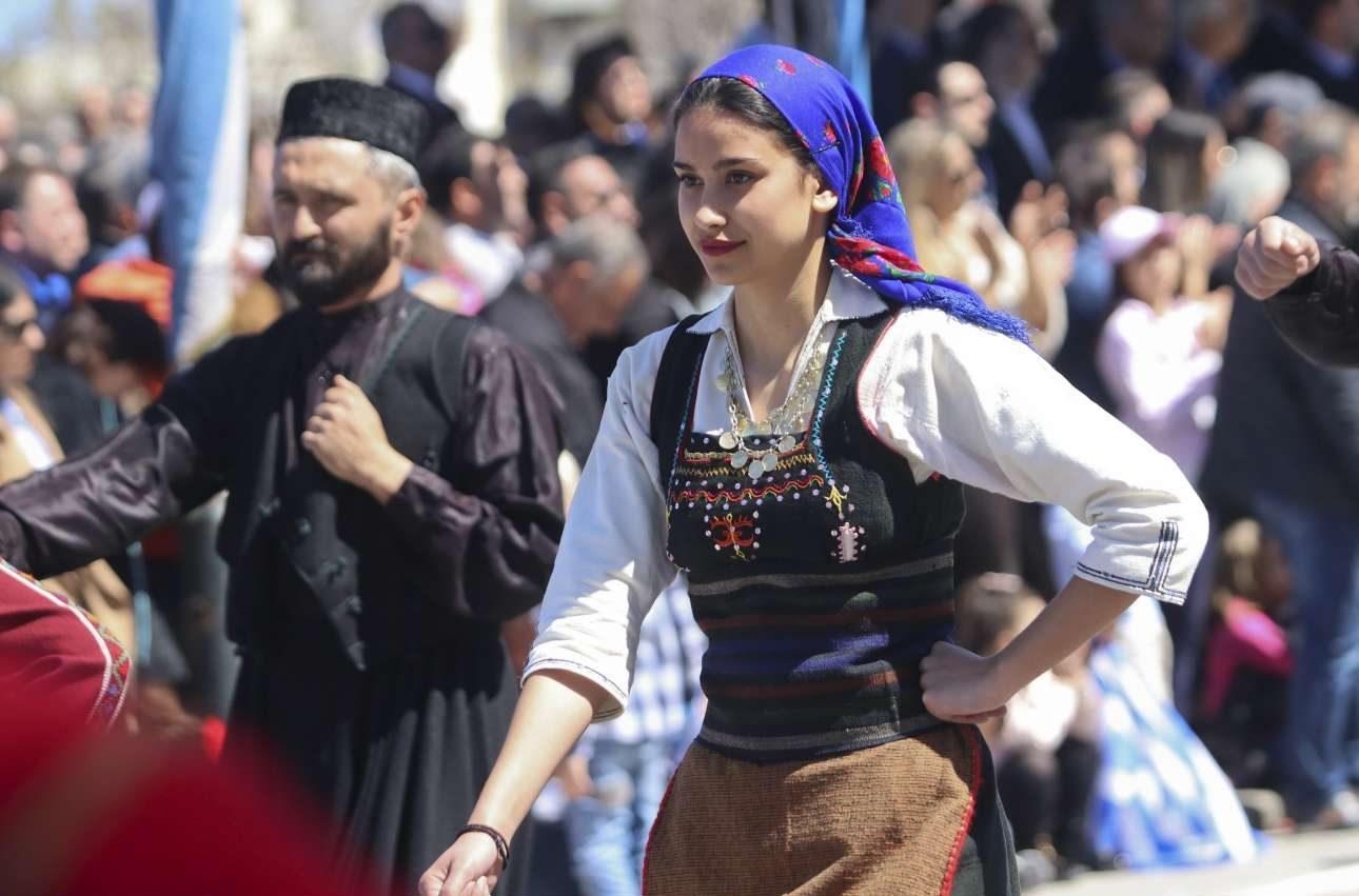 Και νέες γυναίκες με παραδοσιακές κρητικές φορεσιές