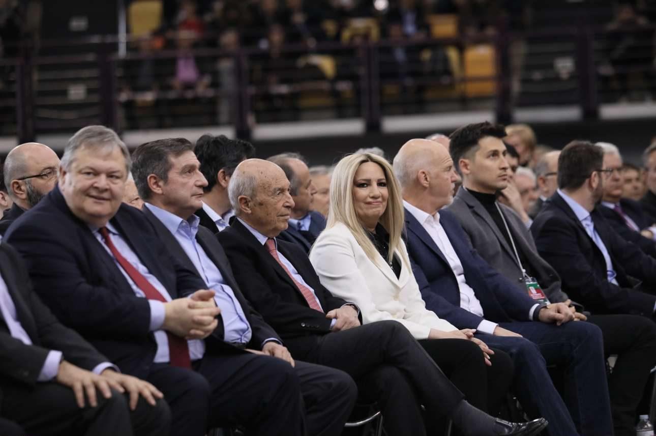 Η πρόεδρος Φώφη Γεννηματά και οι τρεις πρώην πρόεδροι (Βενιζέλος, Σημίτης, Παπανδρέου) στην πρώτη γραμμή των συνέδρων. Μαζί τους ο δήμαρχος της Αθήνας Γιώργος Καμίνηςθ