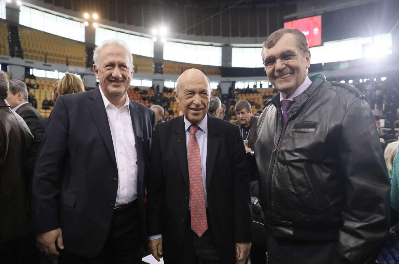 Ο Κώστας Σκανδαλίδης, ο Κώστας Σημίτης και ο Δημήτρης Κρεμαστινός λίγο πριν από την έναρξη των εργασιών
