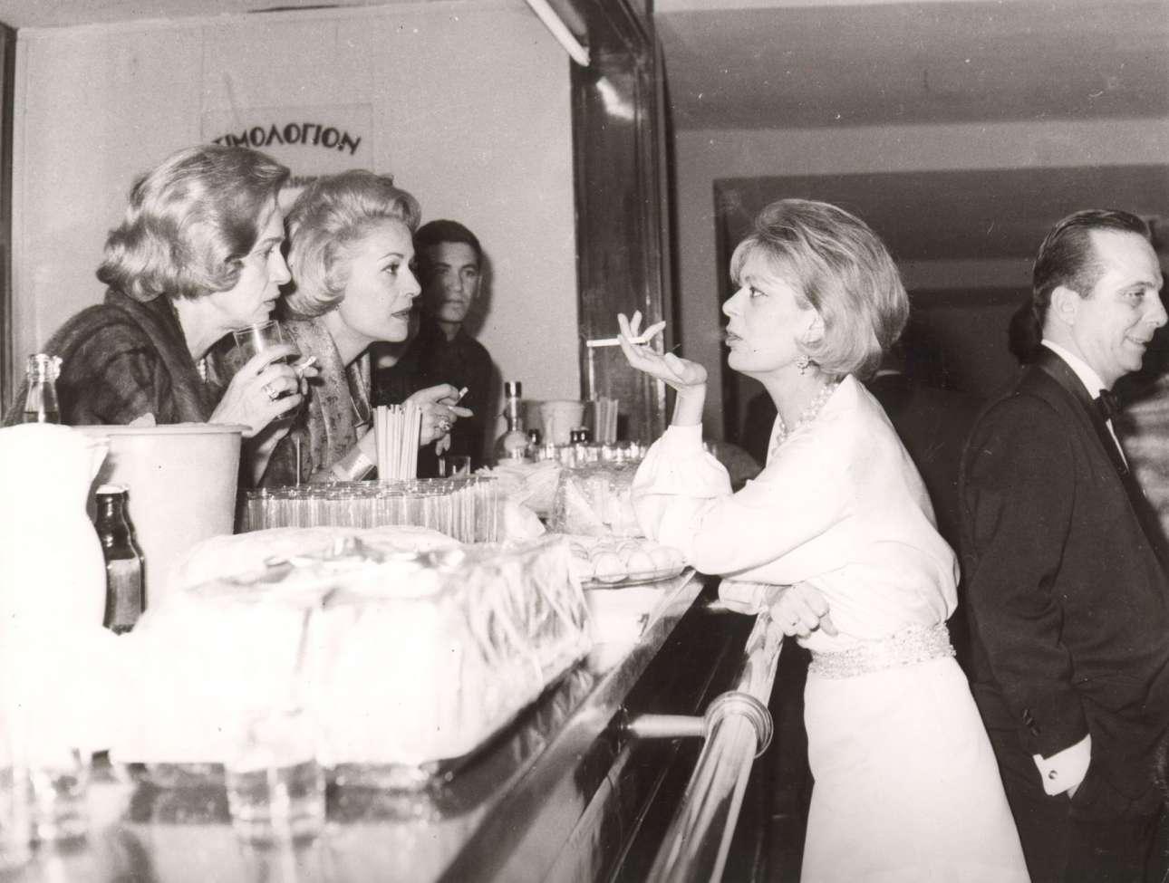 Σε νυχτερινή έξοδο στην Αθήνα στα 60s