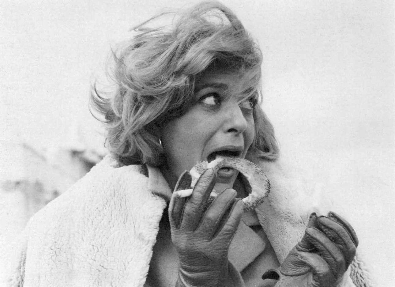 Φωτογραφημένη από τον σπουδαίο Αριστοτέλη Σαρρηκώστα,  σε ένα διάλειμμα των γυρισμάτων ντοκιμαντέρ του BBC, με τίτλο «Η Ελλάδα της Μελίνας» το 1965