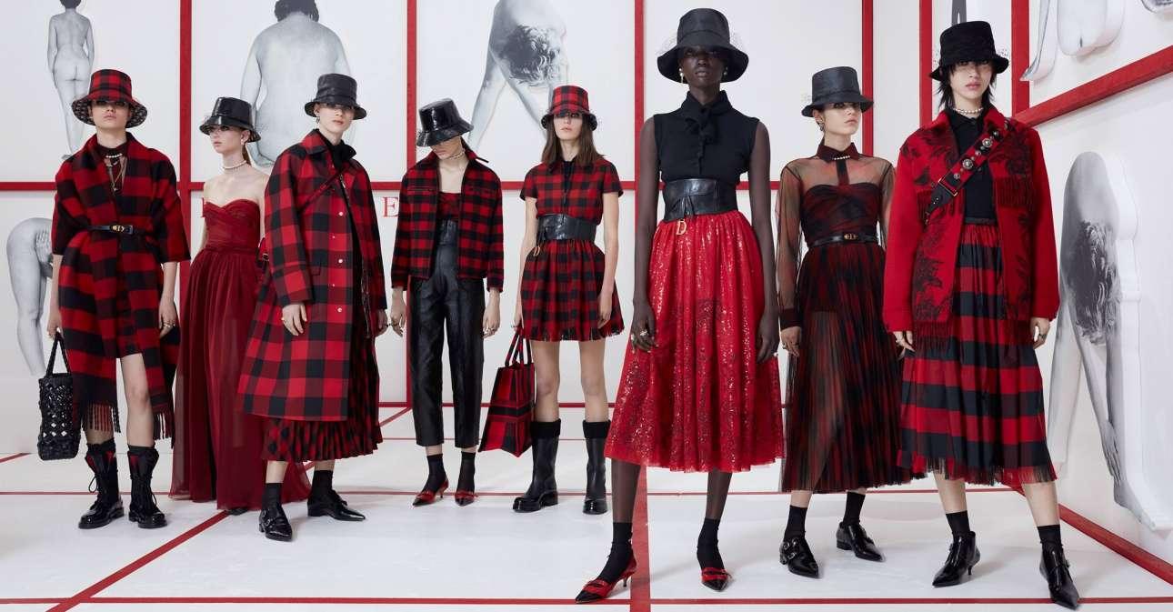 Η Μαρία Γκράτσια Κιουρί του οίκου Dior σχεδιάζει και προτείνει ανέμελα καρό και τούλινες φούστες, κάνοντας αναφορά στις βρετανικές υποκουλτούρες του '50