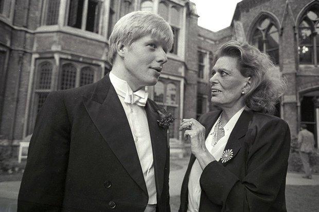 Το 1986 στην Οξφόρδη πριν από ένα ντιμπέιτ για τα Γλυπτά του Παρθενώνα, συζητά με τον μετέπειτα δήμαρχο του Λονδίνου και υπουργό Εξωτερικών της Βρετανίας Μπόρις Τζόνσον