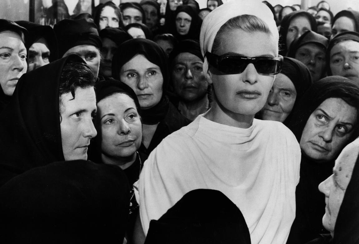Ενα από τα πιο εμβληματικά κινηματογραφικά κάδρα της δεκαετίας του 1960. Η Μελίνα στη «Φαίδρα» –δικαίως η Θεώνη Ολντριτζ ήταν υποψήφια για το Οσκαρ κοστουμιών, αδίκως δεν το πήρε