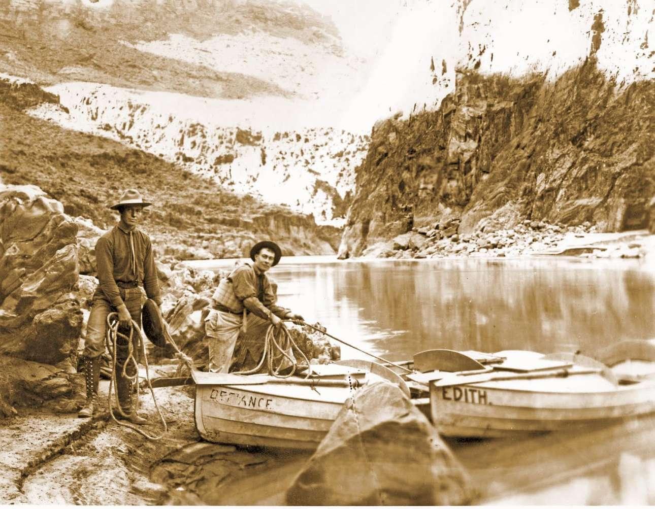 Οι Ελσγουορθ και Εμερι Κολμπ στον ποταμό Κολοράντο, το 1911-1912. Φωτογράφοι και δεινοί εξερευνητές, τα αδέλφια Κολμπ σκαρφάλωναν μόνο με σχοινιά και γυμνά χέρια σε σχεδόν απρόσιτες κορυφές και διέσχιζαν σχεδόν απροσπέλαστους καταρράκτες για χάρη μίας φωτογραφίας, σύμφωνα με τον Ρότζερ Νέιλορ που έγραψε βιβλίο για αυτούς