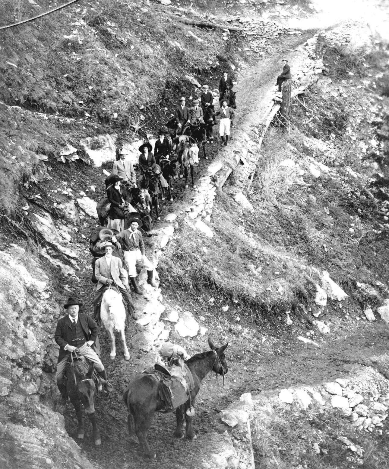Μία παρέα κατεβαίνει το μονοπάτι Angle, στις 16 Μαρτίου του 1911. Πρώτος μπροστά διακρίνεται ο 26ος πρόεδρος των ΗΠΑ, ο Τέντι Ρούσβελτ