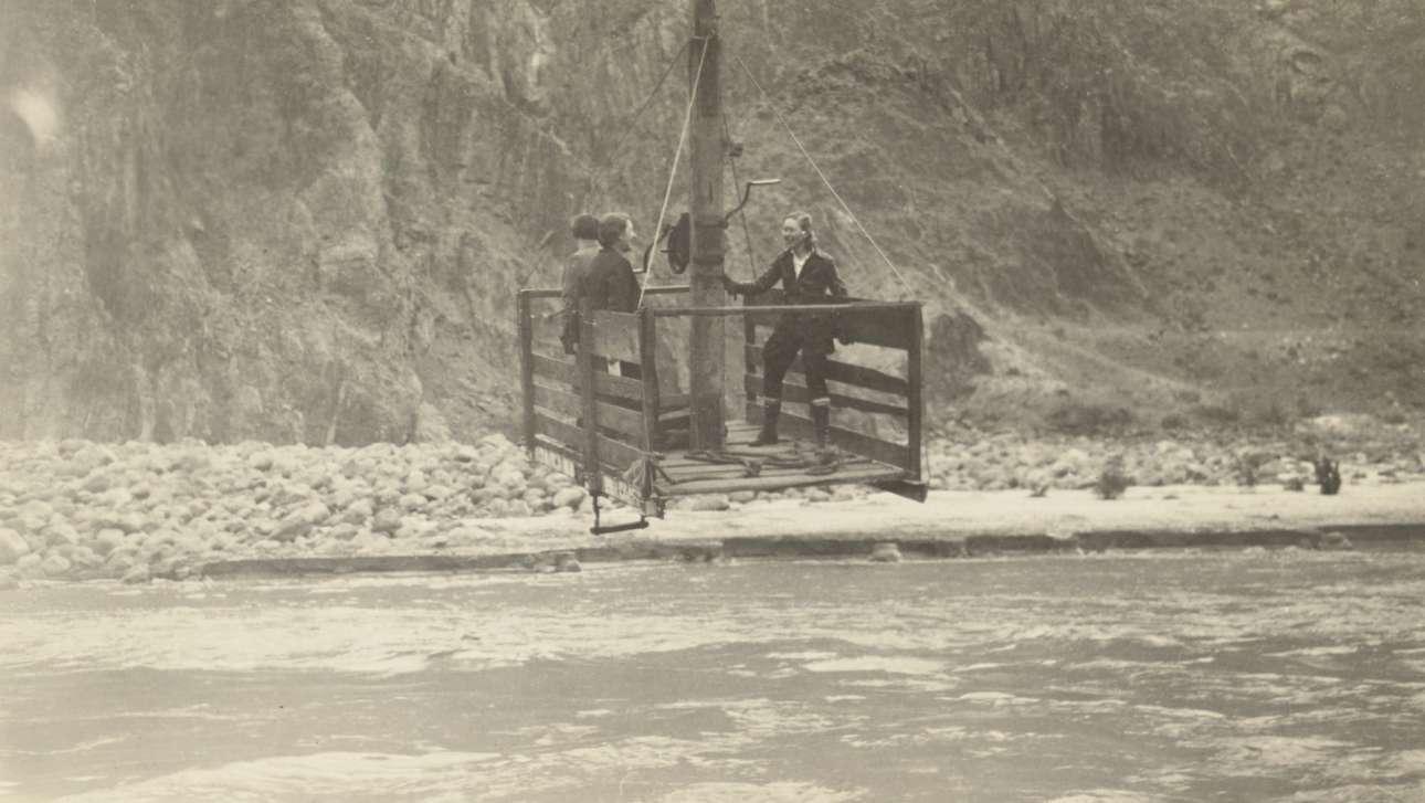 Τρεις γυναίκες σε κάτι που θυμίζει τελεφερίκ, πάνω από τον ποταμό Κολοράντο, περίπου το 1935