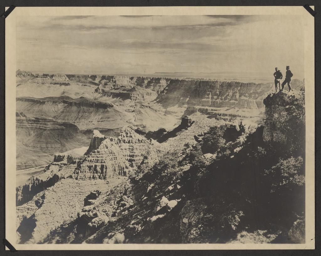 Δύο άνδρες θαυμάζουν την συγκλονιστική θέα στο φαράγγι που απλώνεται κάτω τους