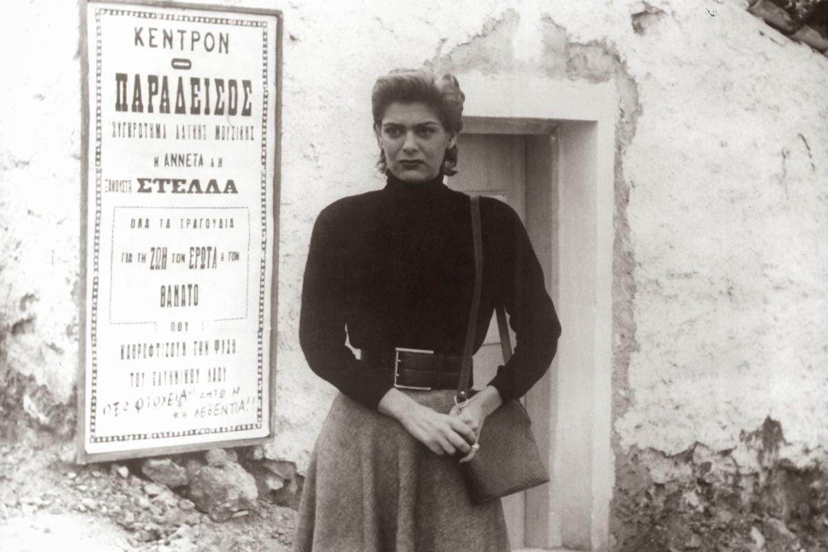 Στο ντεμπούτο της στο σινεμά. Στην τελευταία σκηνή της εμβληματικής «Στέλλας» του Μιχάλη Κακογιάννη (1955)
