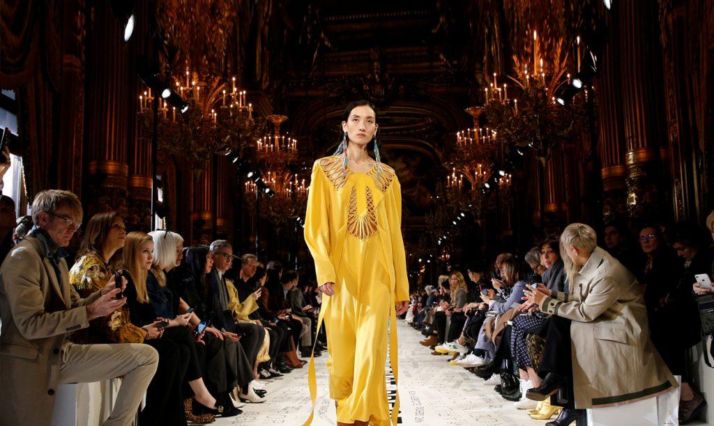 Μόδα  πανδαισία χρωμάτων και εμπνεύσεων στο Παρίσι  766d785357f