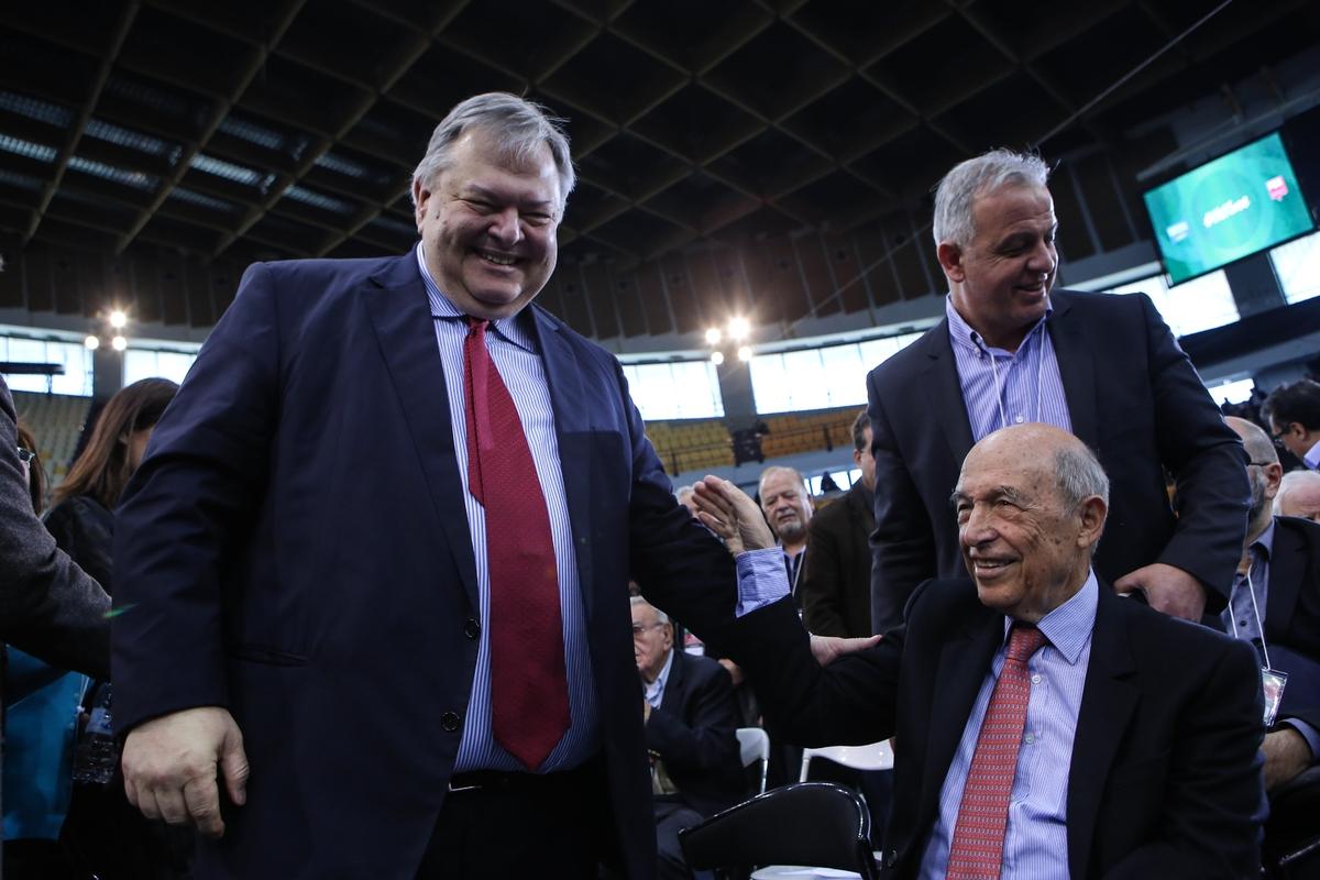 Ο Βαγγέλης Βενιζέλος με τον Κώστα Σημίτη, δύο πρώην πρόεδροι του ΠΑΣΟΚ, δύο εμβληματικές φιγούρες του χώρου